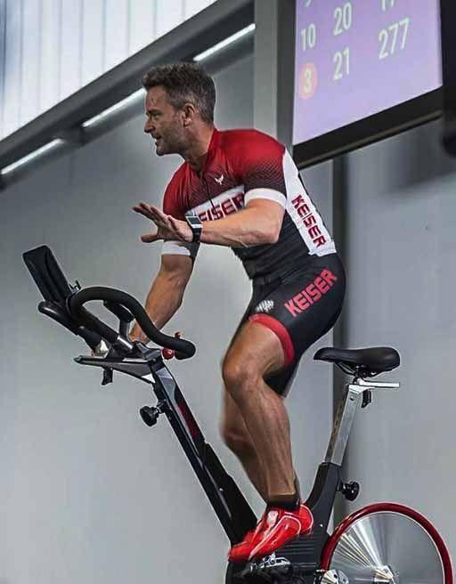 hombre con uniforme ciclismo keiser en bicicleta spinning