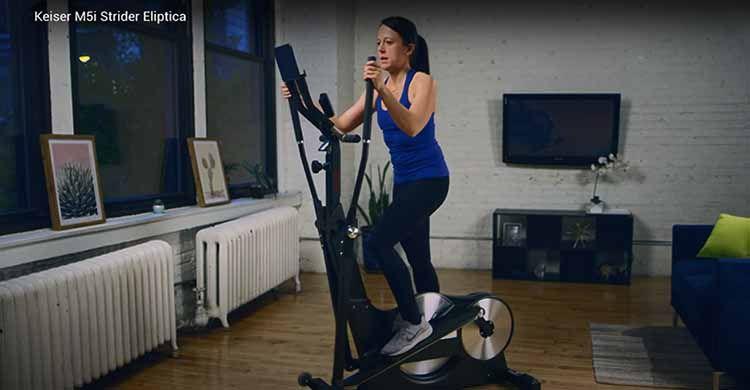 mujer hace deporte en casa con eliptica Keiser