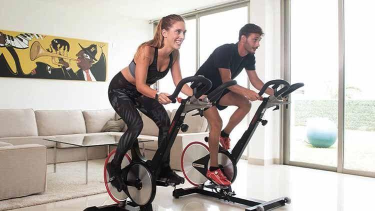 pareja entrena spinning en casa con bicicletas Keiser