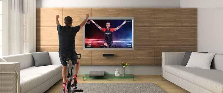 hombre entrena spinnig frente television