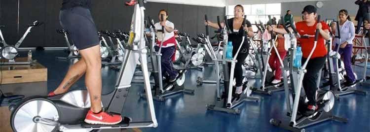 personas hacen ejercicio con eliptica