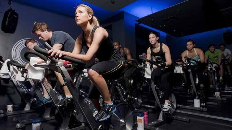 grupo entrena con bicicletas keiser