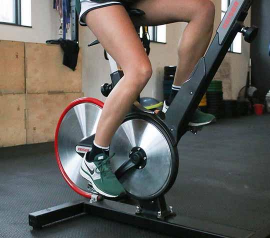 pedalear en bicicleta ciclo indoor keiser